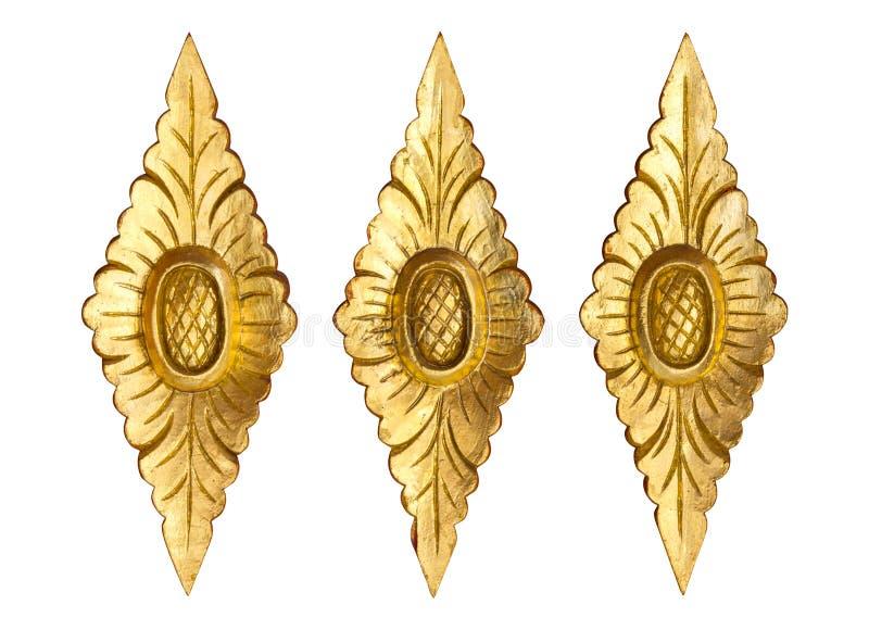 Muster der Goldholz geschnitzten Blume lokalisiert auf weißem Hintergrund stockfotos