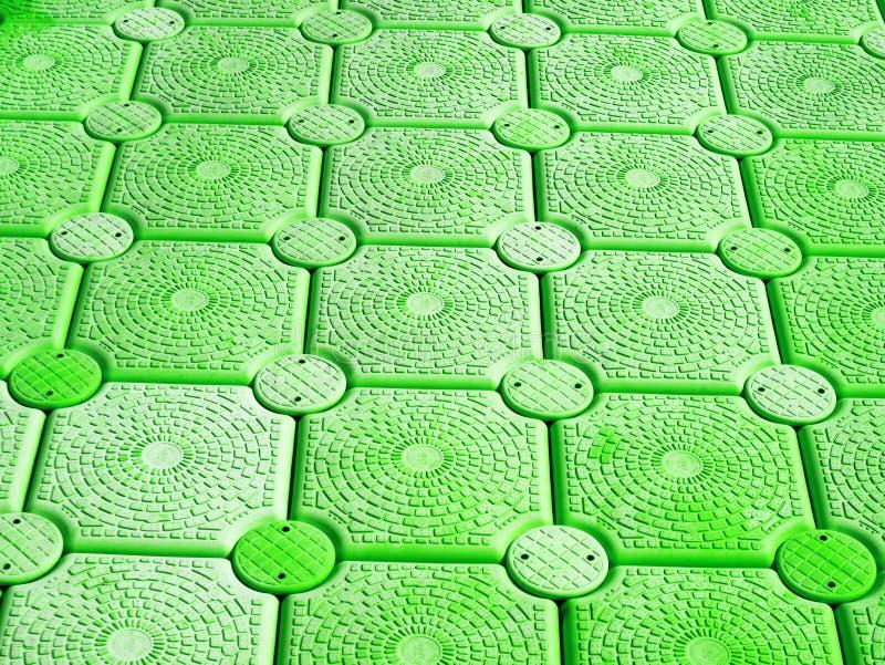 Muster der grünen Plastikboje, die auf Oberfläche schwimmt stockbilder