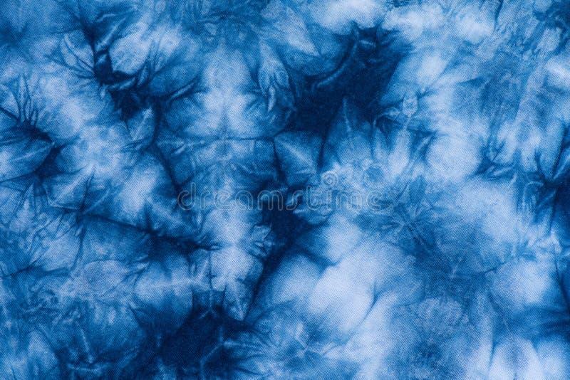 Muster der Indigobatikfärbung auf Baumwollstoff, Färbungsindigogewebe stockfoto