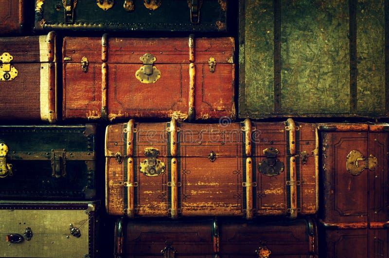 Muster des alten Weinlese-Stapels, alter Koffer-Hintergrund Kunst oder Konzept des Entwurfes lizenzfreies stockfoto