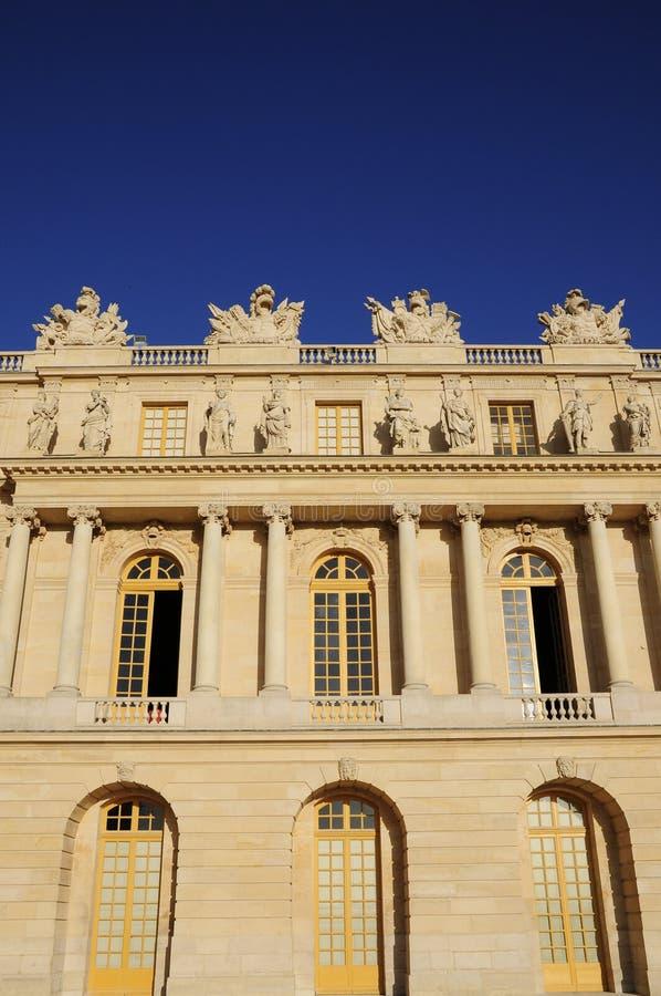 Muster des klassischen Gebäudes mit blauem Himmel lizenzfreie stockfotos