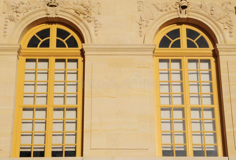 Muster des klassischen Gebäudes mit großem Fenster lizenzfreie stockbilder