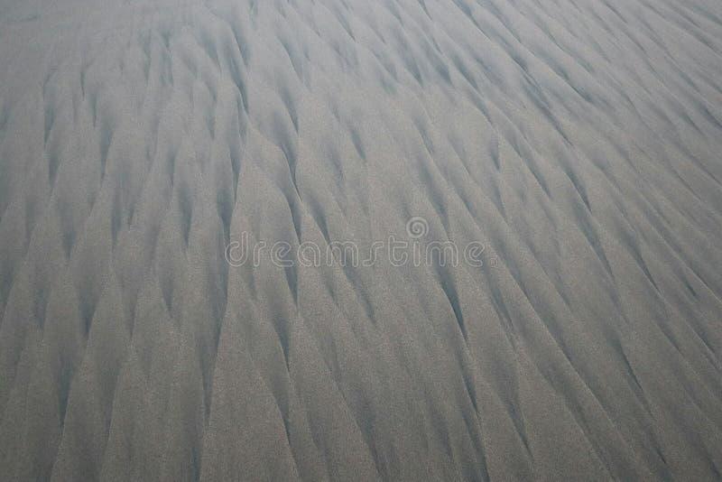 Muster im Sand an einem menschenleeren Strand in Mexiko stockbild