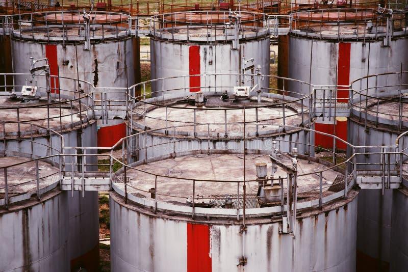 Muster von alten großen Öl-Speicherung Behältern stockbild