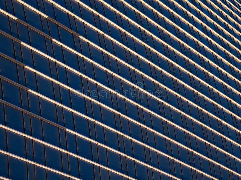 Muster von den Fenstern eines Wolkenkratzers lizenzfreies stockfoto