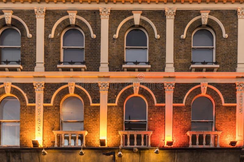 Muster von Fenstern in einem alten Victoriangebäude lizenzfreies stockfoto