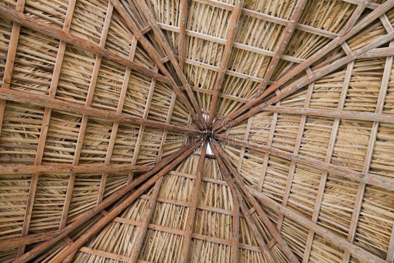 Muster von hölzernen Brettern und von Stroh auf der Decke Kuba, Varader lizenzfreie stockfotos