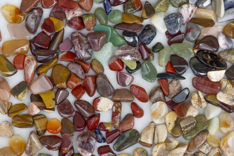 Muster von kleinen farbigen Halbedelkieseln Beschaffenheit lizenzfreie stockfotografie