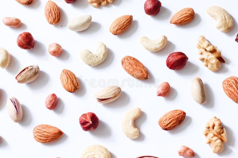 Muster von Nüssen mischen: Acajoubaum, Haselnüsse, Walnüsse, Mandeln stockbild