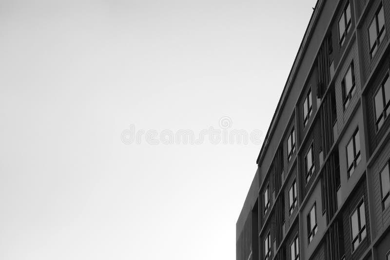 Muster von Räumen blockieren Wohnungskondominiumart mit einem Vogel, der auf der Dachspitze steht lizenzfreie stockfotografie