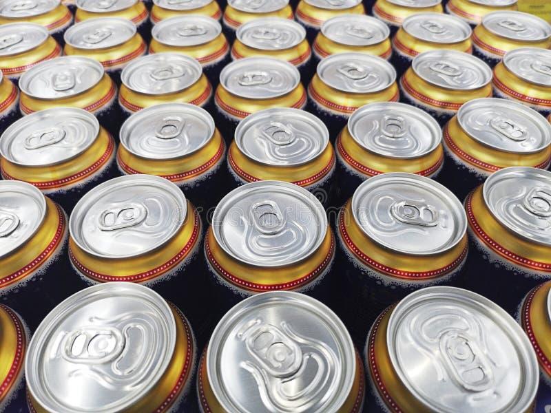 Muster von viel von trinkenden Dosen Bier Metallbierdosenhintergrund Getränkdosen lizenzfreies stockfoto
