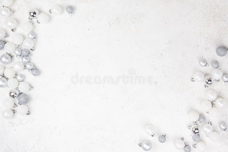 Musterebene des neuen Jahres oder des Weihnachten legen Draufsicht Weihnachtsfeiertagsfeier, die dekorative Spielzeugbälle weißer stockfotos