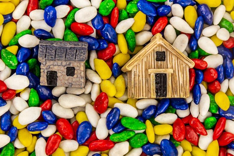 Musterhaussymbol-Wohnungshäuschen auf einem Immobilienlandbasisentwurf der Samen des hellen Hintergrundes gelben weißen stockbild