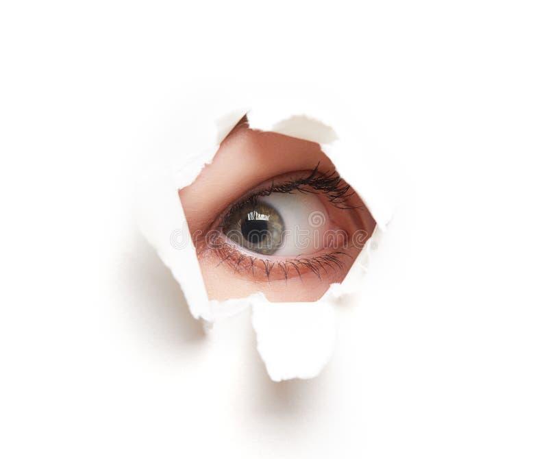Mustern Sie das Schauen durch Loch im weißen leeren Papierplakat lizenzfreie stockfotografie