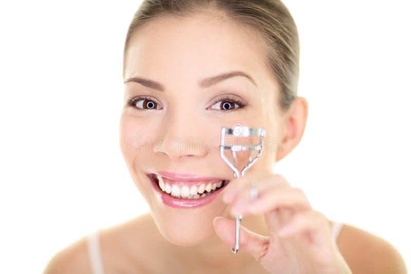 Mustern Sie die Make-upfrau, die Wimperlockenwickler für Wimperntusche verwendet. Stellen Sie asiatisches Schönheitsmädchen der So lizenzfreies stockfoto