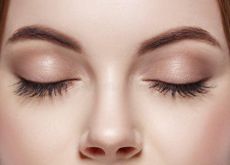 Mustert Frau geschlossene Augenbrauenaugenpeitschen lizenzfreie stockfotografie