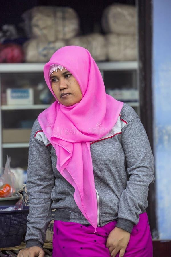 musulmanes de la mujer, pueblo Toyopakeh, Nusa Penida 21 de junio Indonesia 2015 fotos de archivo libres de regalías