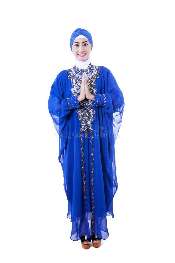 Musulmanes femeninos hermosos en vestido azul en el fondo blanco imagen de archivo libre de regalías