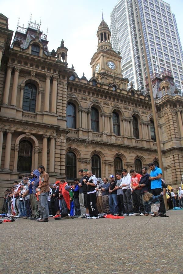 Musulmanes que ruegan en Sydney fotos de archivo