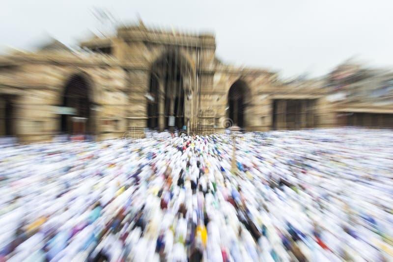 Musulmani che celebrano Eid al-Fitr che segna la conclusione del mese del Ramadan fotografie stock libere da diritti