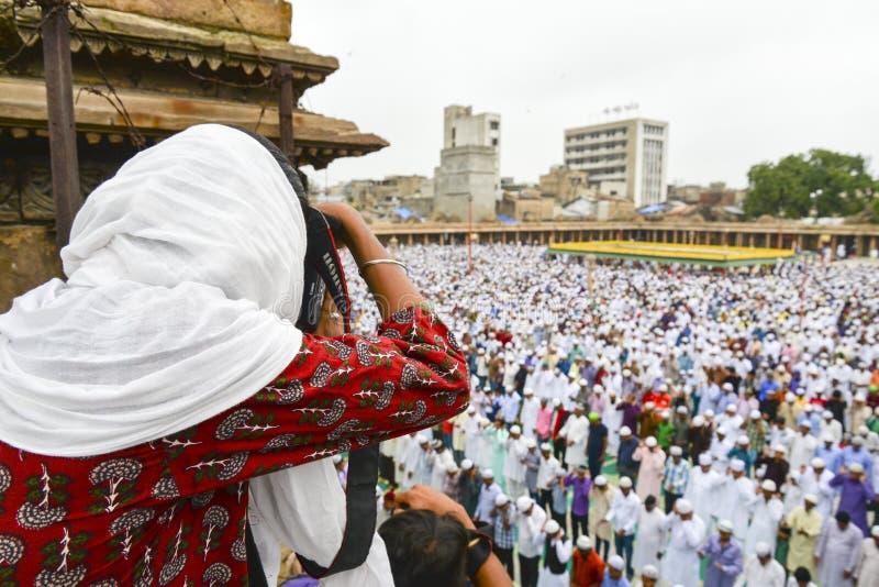 Musulmani che celebrano Eid al-Fitr che segna la conclusione del mese del Ramadan immagine stock libera da diritti