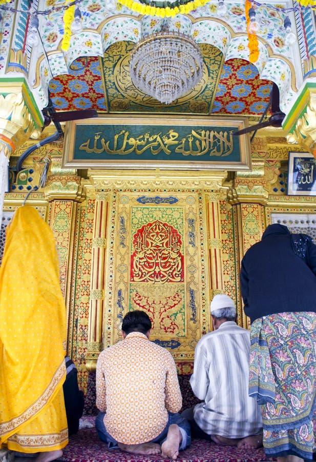 Musulmani e hindus che pregano nel santuario di Nizamuddin fotografie stock libere da diritti