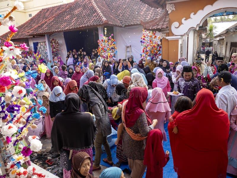 Musulmani vestiti in modo solenne nella moschea durante la celebrazione della nascita del profeta Maometto, fotografia stock