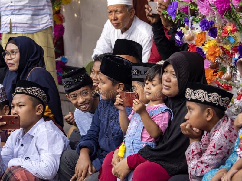 Musulmani vestiti in modo solenne nella moschea durante la celebrazione della nascita del profeta Maometto, immagine stock