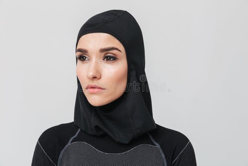 Musulmans de forme physique de femme posant au-dessus du fond blanc de mur images libres de droits