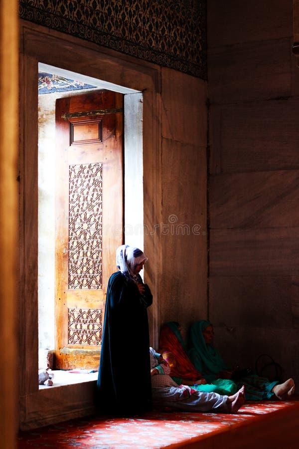 Musulmans priant dans la mosquée bleue, Turquie image libre de droits