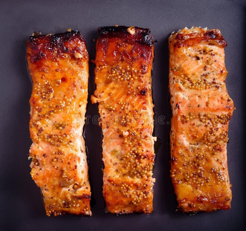 Musztarda i miodowi oszkleni piec łososie polędwicowi zdjęcia stock