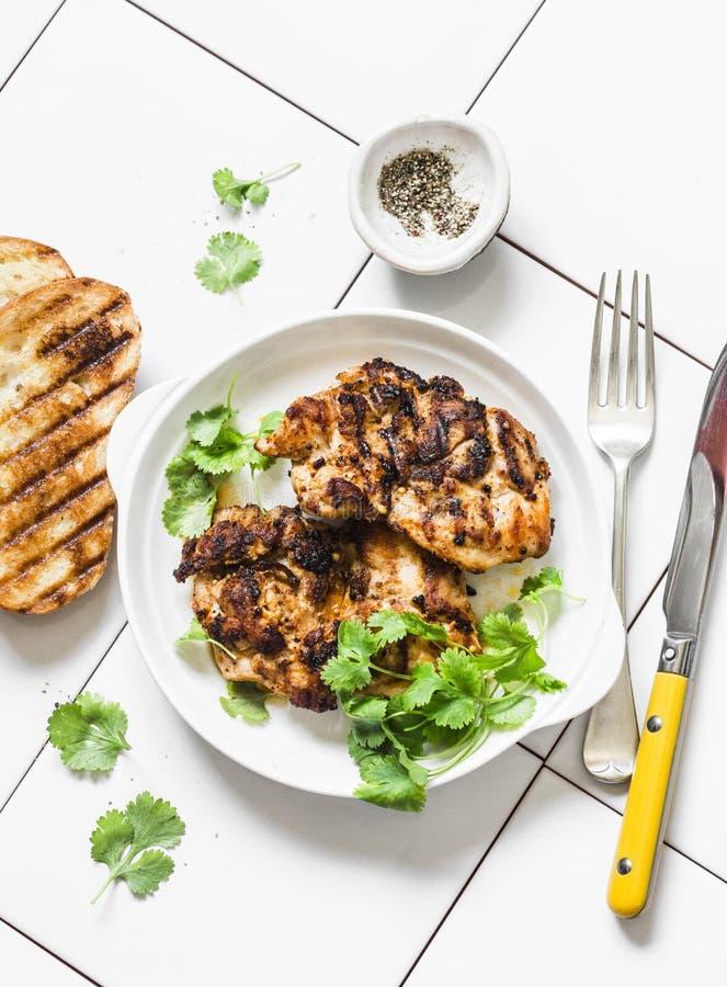 Musztardy bbq miodowy marynowany kurczak polędwicowy na lekkim tle, odgórny widok zdjęcia royalty free