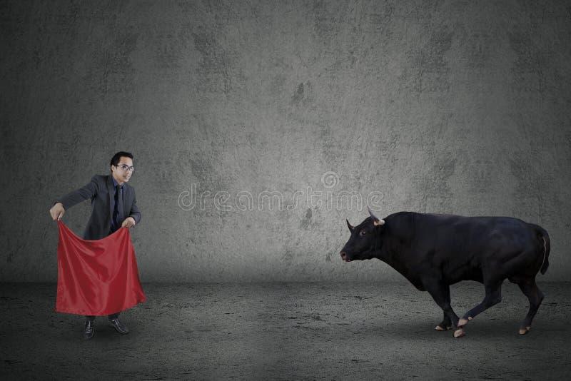 Mut des Managergesichtes ein Stier lizenzfreie stockfotografie