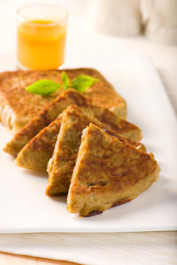 Mutabbaq популярная арабская еда где хлеб если заполнено с мясом стоковые фото