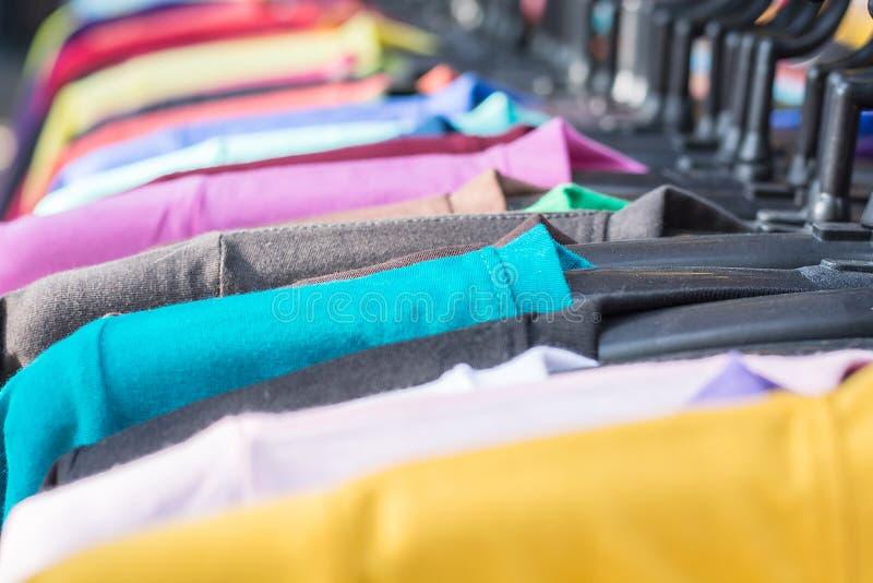muticolor koszulka, wybierająca ostrość na błękitnej koszulce, wzór obraz stock