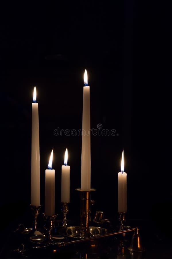 Mutiple燃烧的白色升蜡烛 图库摄影