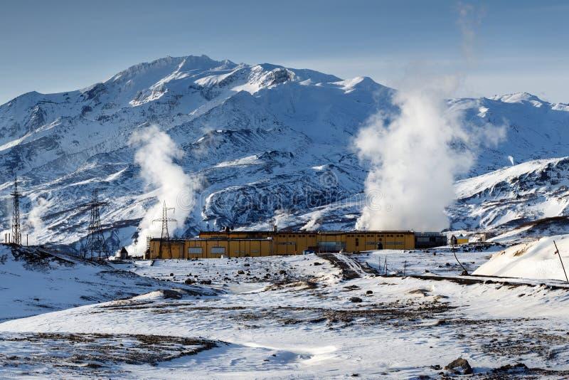 Mutnovskaya Geothermische Elektrische centrale bij voet van actieve vulkaan op het Schiereiland van Kamchatka, het Russische Verr stock foto