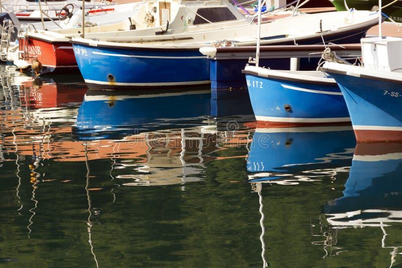 MUTRIKU SPANIEN - SEPTEMBER 06, 2014: sikt av fiskfartyg i porten av Mutriku fotografering för bildbyråer