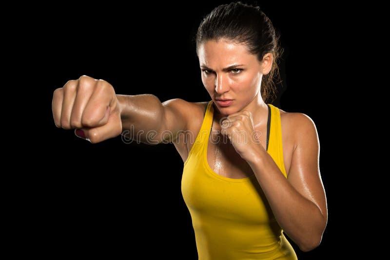 MUTTAHIDA MAJLIS-E-AMAL妇女战斗机坚韧小鸡拳击手拳打姿势俏丽的锻炼训练十字架适合的运动员 免版税库存照片