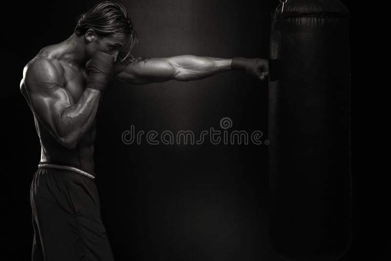 Muttahida- Majlis-E-Amalkämpe som öva med boxningpåsen royaltyfri foto