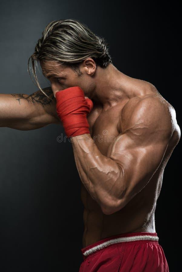 Muttahida- Majlis-E-Amalkämpe som öva med boxningpåsen arkivfoto