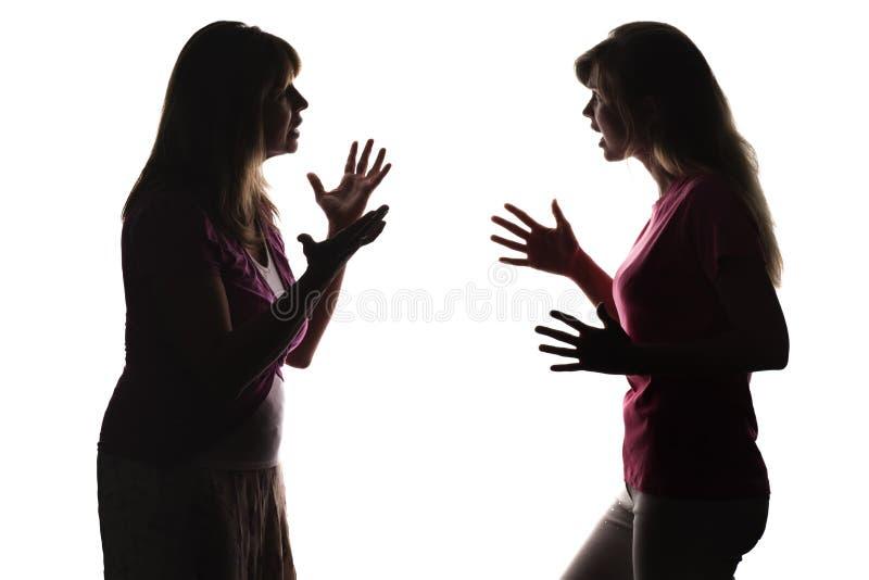 Mutter argumentiert mit Tochter, die Jugendlichschreie und prüft Unschuld lizenzfreie stockfotos