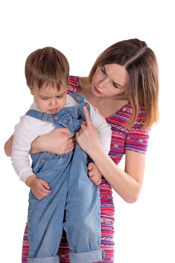 Mutter bestraft das Kind lizenzfreie stockbilder