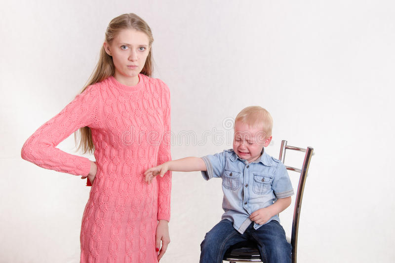 Mutter bestraft ihren frechen Sohn lizenzfreie stockfotos