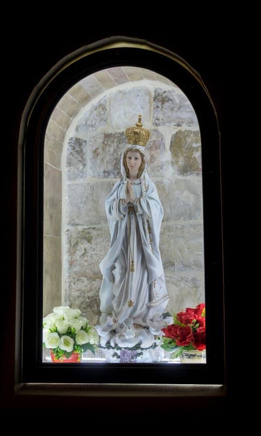 Mutter des Gottes in belichtetem Fenster lizenzfreies stockbild