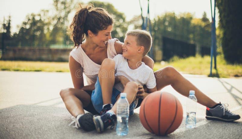 Mutter, die Basketball liebt stockfoto