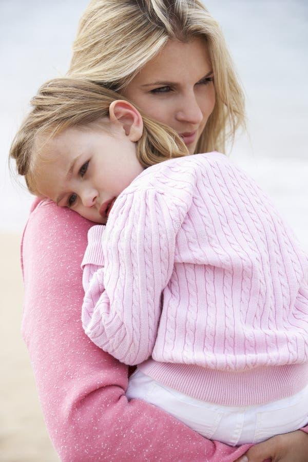 Mutter, die draußen junge Tochter, außerhalb streichelt, stockfotografie