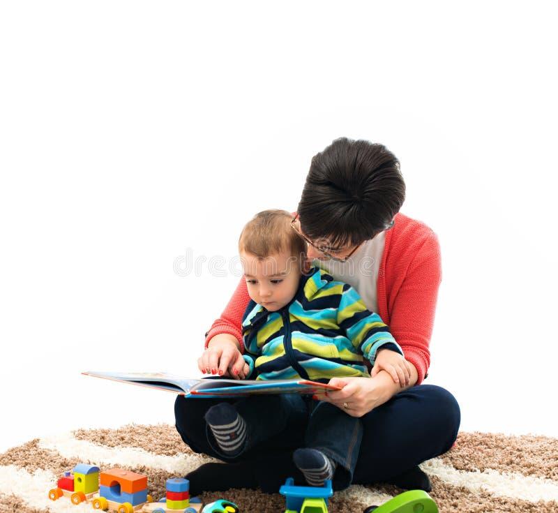 Mutter, die ein Buch liest lizenzfreie stockbilder