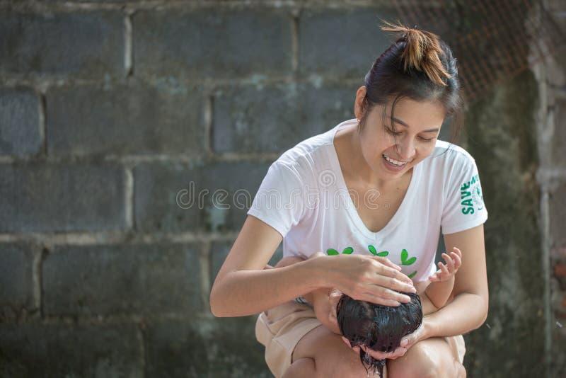 Mutter, die ihr Baby badet stockfotografie
