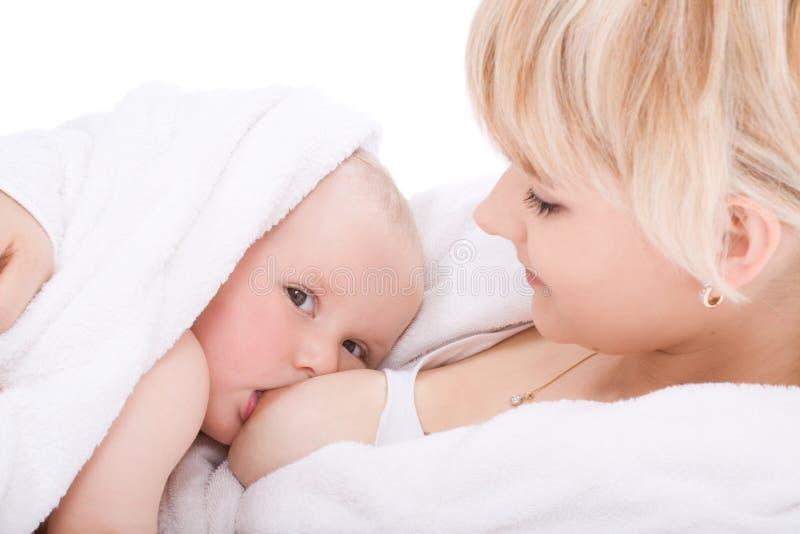 Mutter, die ihr Baby stillt stockbild